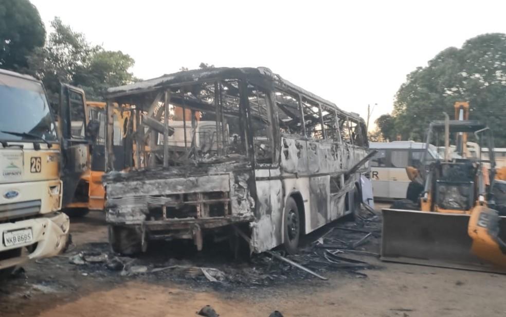 Ônibus destruído após incêndio em Campinorte — Foto: Reprodução/TV Anhanguera