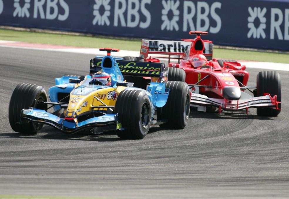 Schumacher perseguiu Alonso no começo do GP do Barein de 2005, mas abandonou — Foto: Getty Images