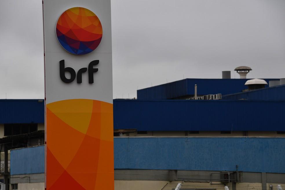 BRF diz que lotes de frango recolhidos não estão mais à venda — Foto: NELSON ALMEIDA / AFP