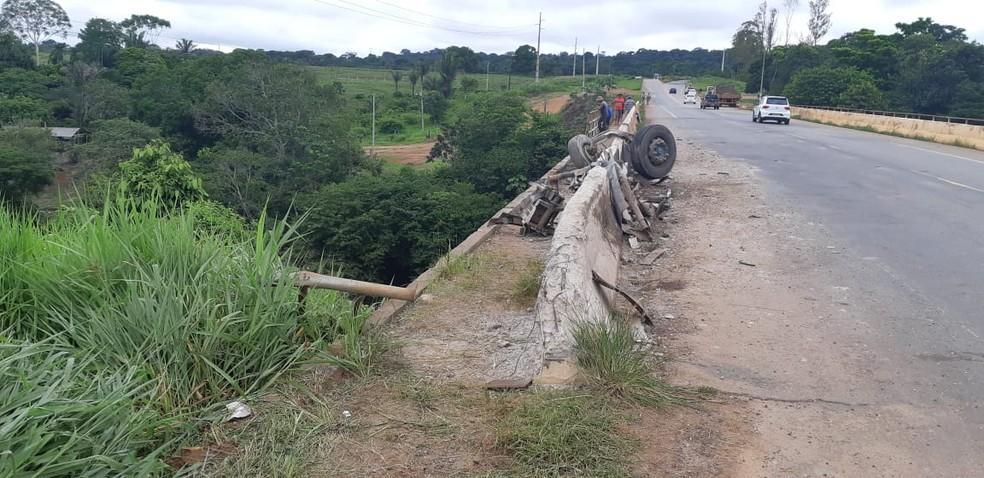 Mureta de ponte acabou ficando destruída com o impacto. — Foto: Divulgação/PRF