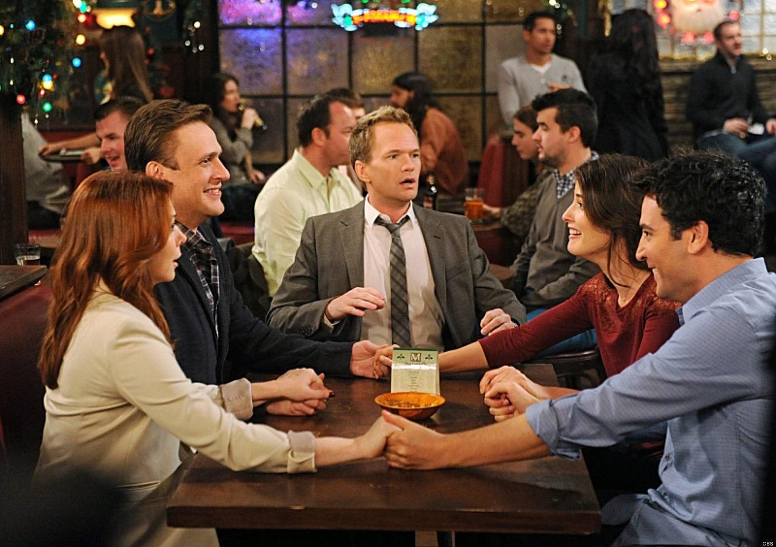 Jason Segel com seus colegas de elenco em cena de How I Met Your Mother (Foto: Reprodução)