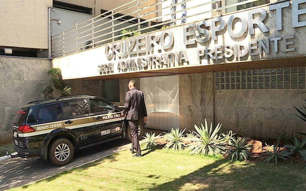 Carro da Polícia Civil estacionado em frente à sede administrativa do Cruzeiro — Foto: Reprodução/TV Globo Minas