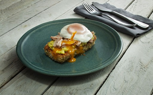 Receita de toast de abobrinha empanada com atum, avocado e ovo