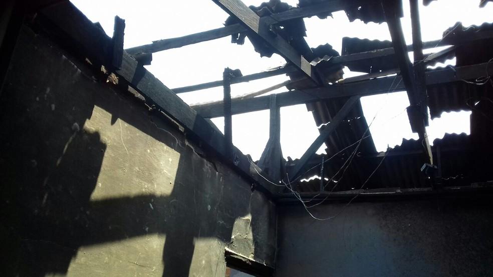 Telhado do imóvel foi destruído no incêndio em Bauru  (Foto: Alan Schneider / TV TEM )