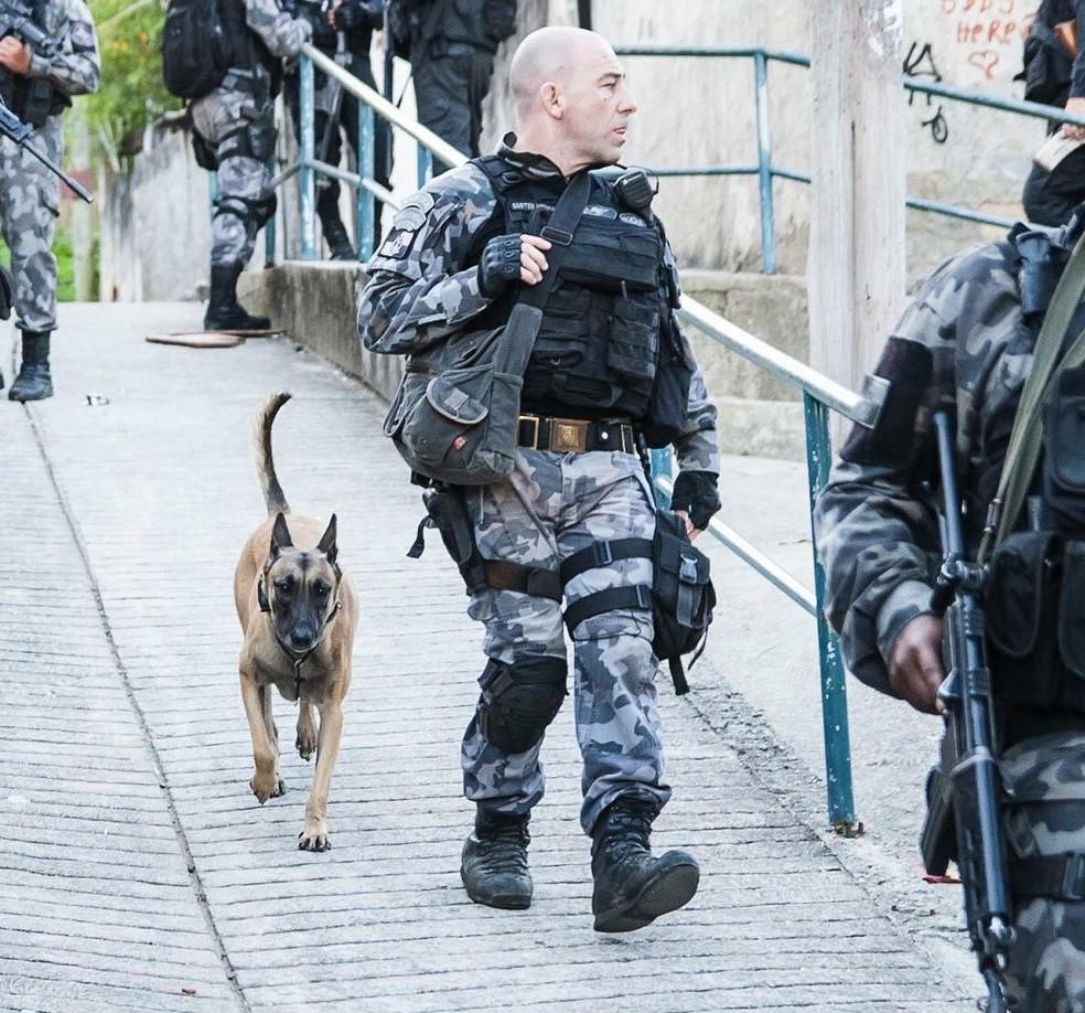 Tenente Paulo Medeiros, do Batalhão de Cães, em operação em comunidade do Rio — Foto: Arquivo Pessoal
