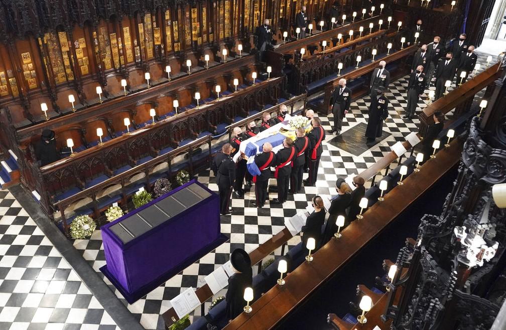 Convidados são obrigados a manter distanciamento social dentro da Capela de São Jorge para o funeral do príncipe Philip em 17 de abril de 2021 — Foto: Dominic Lipinski/Pool/AP