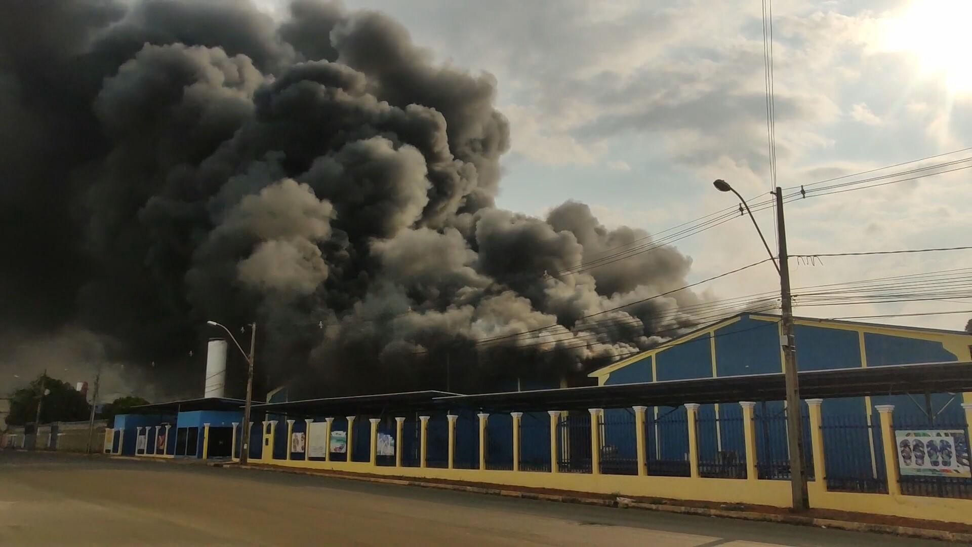 Após rescaldo, fábrica de sandálias que pegou fogo no DF passa por perícia; trabalho dos bombeiros dura mais de 24 horas