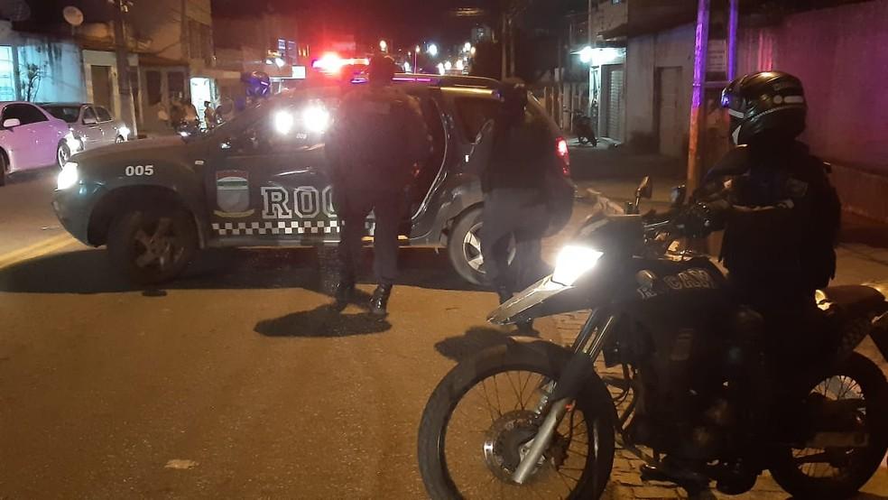 Policiais da Rondas Ostensivas Com Apoio de Motocicletas (Rocam) no bairro Alecrim, em Natal — Foto: Sérgio Henrique Santos/Inter TV Cabugi