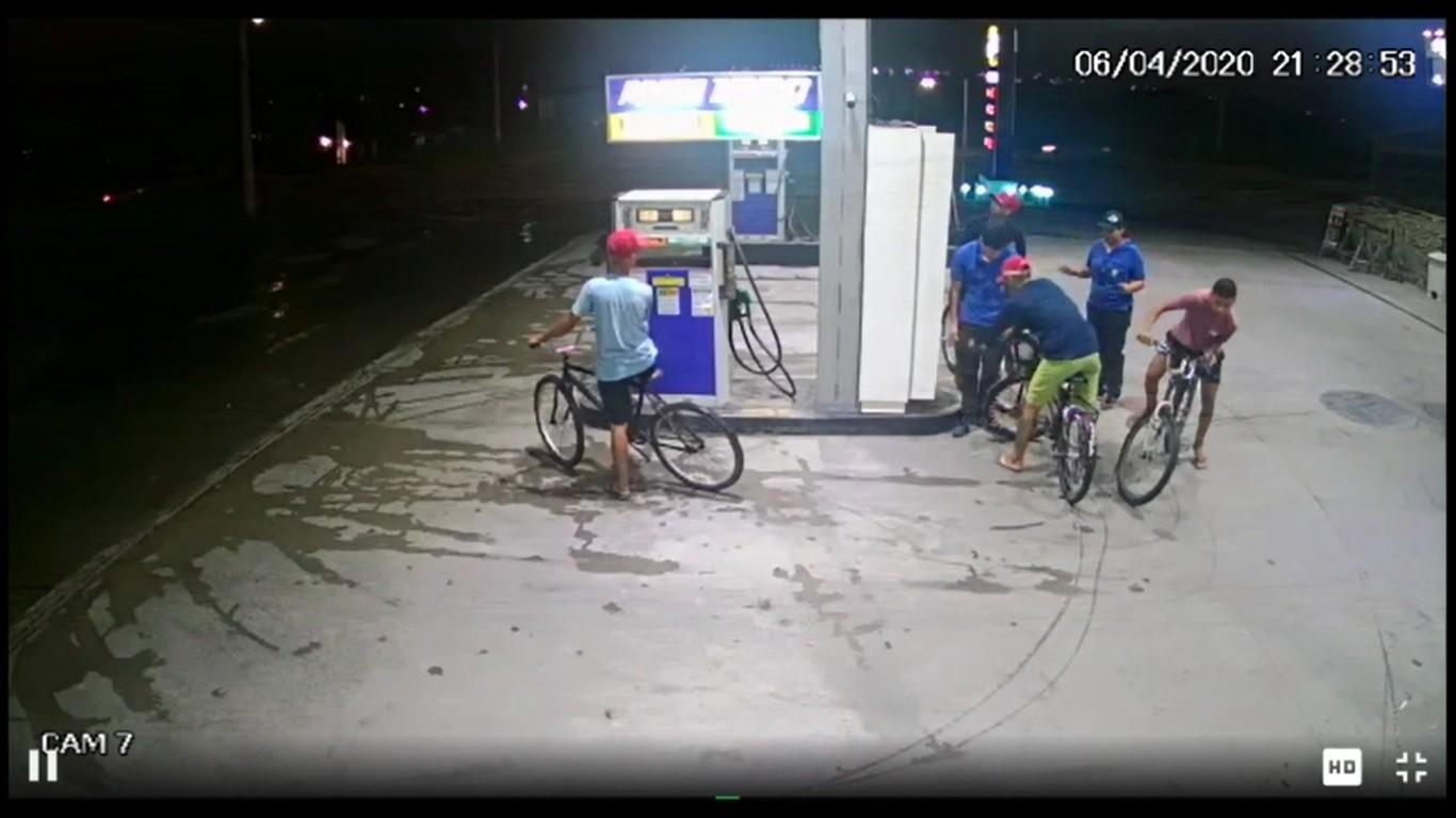 Quatro homens em bicicletas assaltam posto de combustíveis em Pacatuba, na Grande Fortaleza