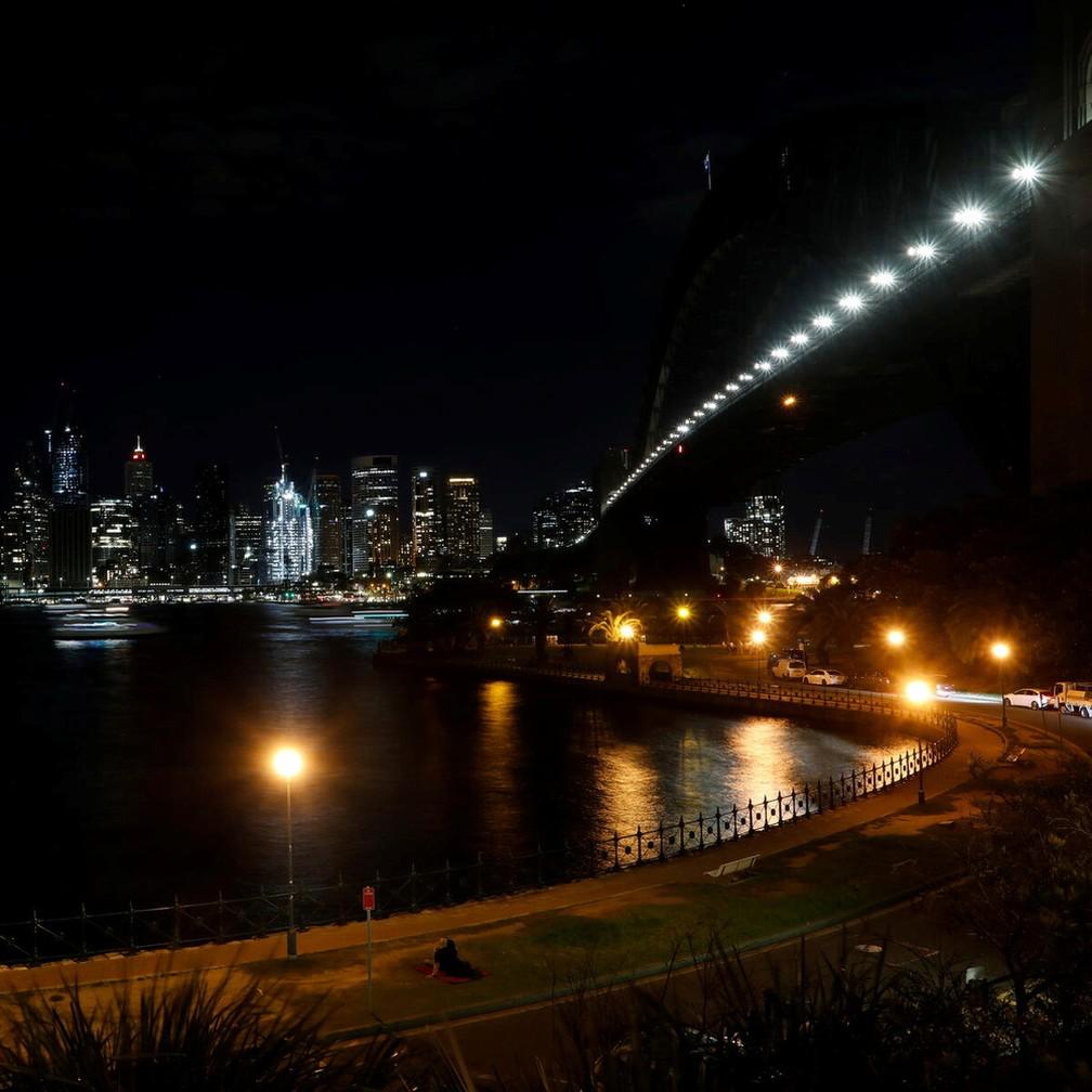 Estrutura da Harbour Bridge, em Sydney (Austrália), praticamente invisível com as luzes apagadas para a Hora do Planeta 2021 — Foto: WWF and Earth Hour/Handout via Reuters