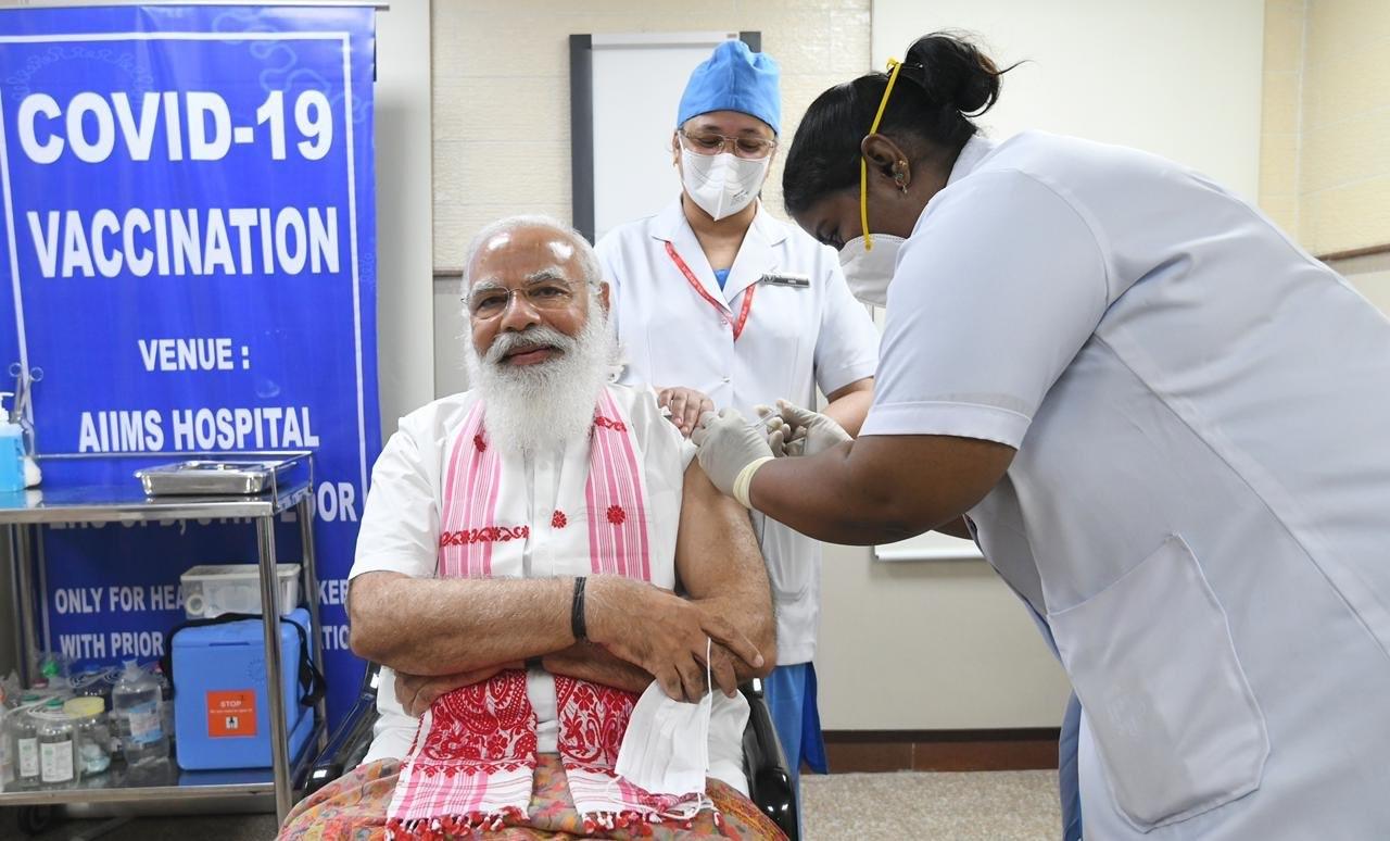 Primeiro-ministro da Índia recebe primeira dose da vacina contra a Covid-19