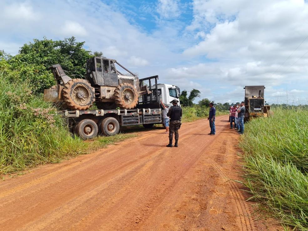 Trator e motosserras também foram apreendidos na operação da polícia ambiental — Foto: Arquivo/Sejusp