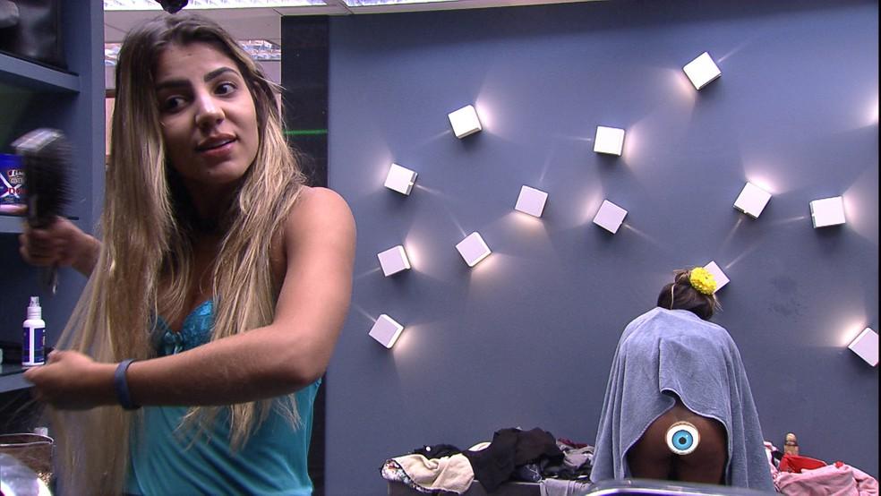Carolina mostra demais ao trocar de roupa no banheiro — Foto: TV Globo