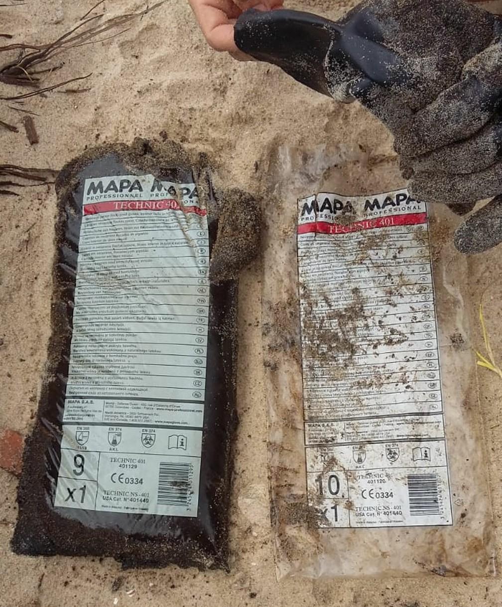 Sacos plásticos foram encontrados junto ao óleo, no mar, nas proximidades da praia do Paiva, no Grande Recife — Foto: Elvys Lopes/TV Globo