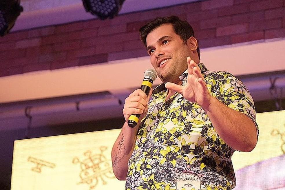 """Rafael Cunha em seu primeiro show Stand-up Comedy, """"Casem, é ótimo!"""" — Foto: Divulgação"""