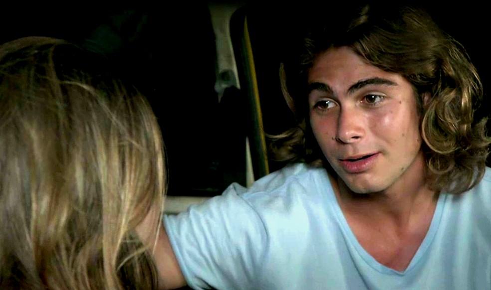 João (Rafael Vitti) confessa que guardou a lembrança de Manuzita (Isabelle Drummond) e nunca a esqueceu, na novela 'Verão 90' — Foto: TV Globo
