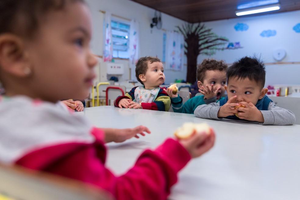 Creches deixaram de ser vistas como locais com foco somente nos cuidados básicos. Na foto, bebês da CEI Indianópolis tomam café da manhã. — Foto: Marcelo Brandt/G1