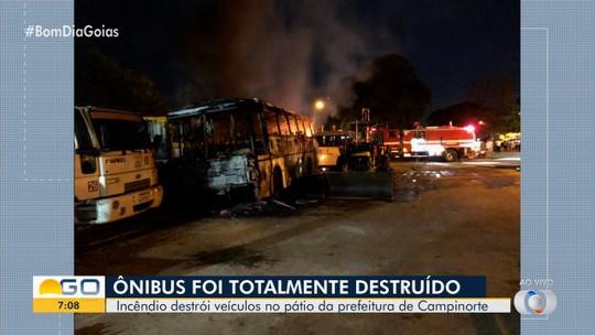 Incêndio destrói veículos da Prefeitura de Campinorte; veja vídeo