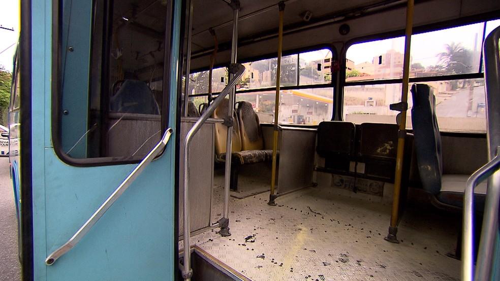 Bandidos atearam fogo em um ônibus no bairro Barreiro, em Belo Horizonte. (Foto: Reprodução/TV Globo)