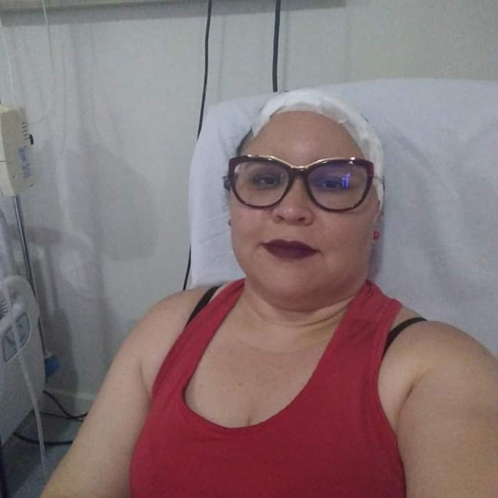 Foto da administradora Fabíola Barros no pós-operatório, após tirar tumor do cérebro.  — Foto: Cedida