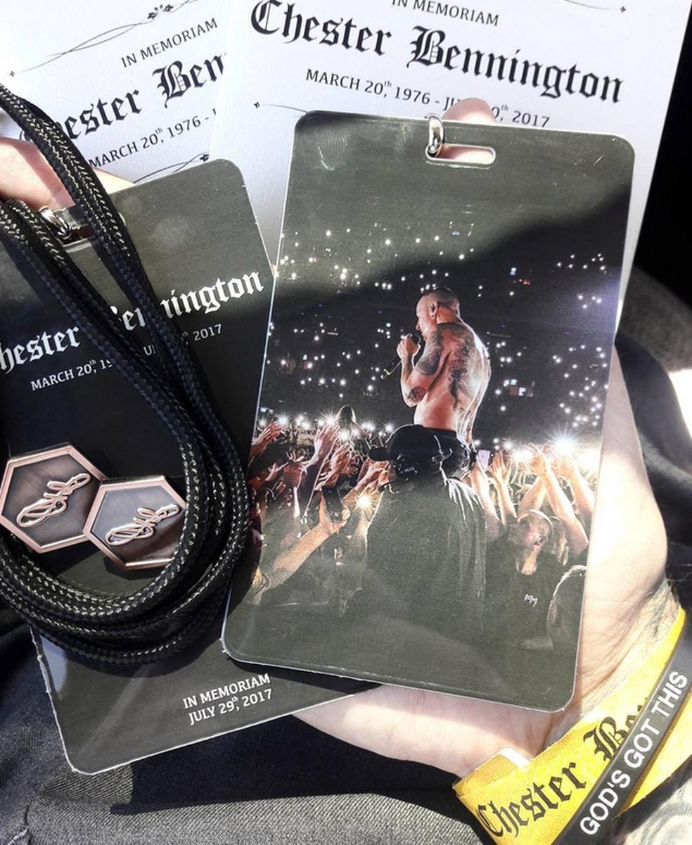 Imagem postada por Austin Carlile mostra pulseira e cartões de acesso do funeral de Chester Bennington  (Foto: Reprodução/Instagram/Austin Carlile)