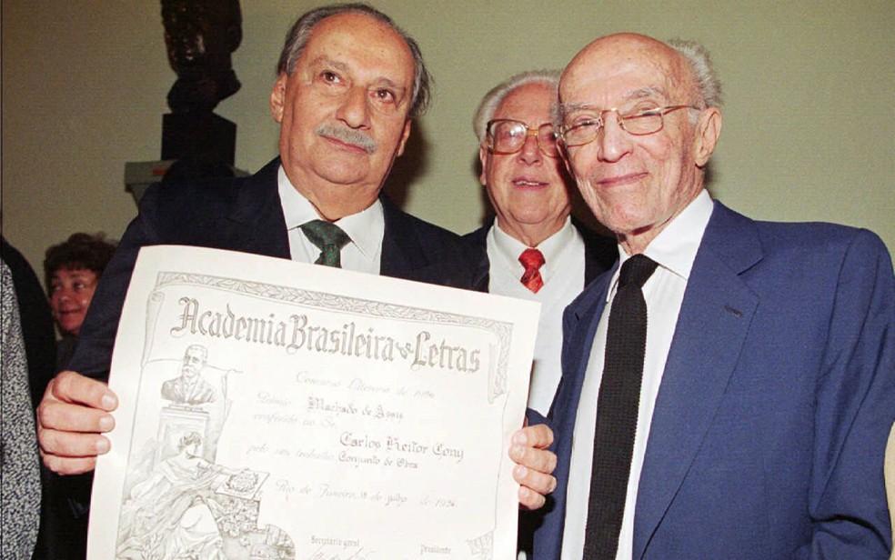 O escritor Carlos Heitor Cony recebe o Prêmio Machado de Assis, concedido pela ABL (Academia Brasileira de Letras) pelo conjunto de sua obra, tendo a seu lado o presidente da instituição, Antonio Houaiss. Foto de julho de 1996 (Foto: Patrícia Santos/Folhapress/Arquivo)