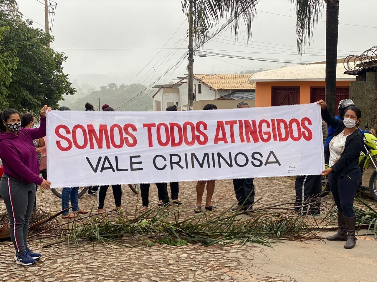 Moradores fecham rua durante protesto contra a Vale em Brumadinho, na Grande BH