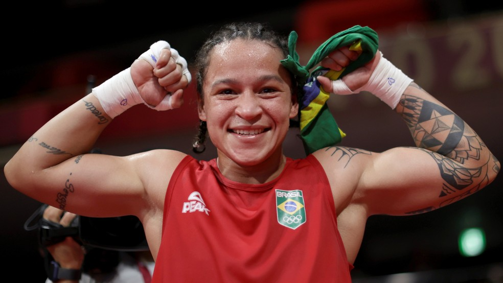 Bia Ferreira comemora vitória na semifinal olímpica no boxe — Foto: REUTERS/Ueslei Marcelino