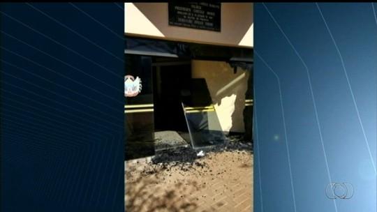 Vídeo mostra homem quebrando vidros da Câmara e da Prefeitura de Itumbiara