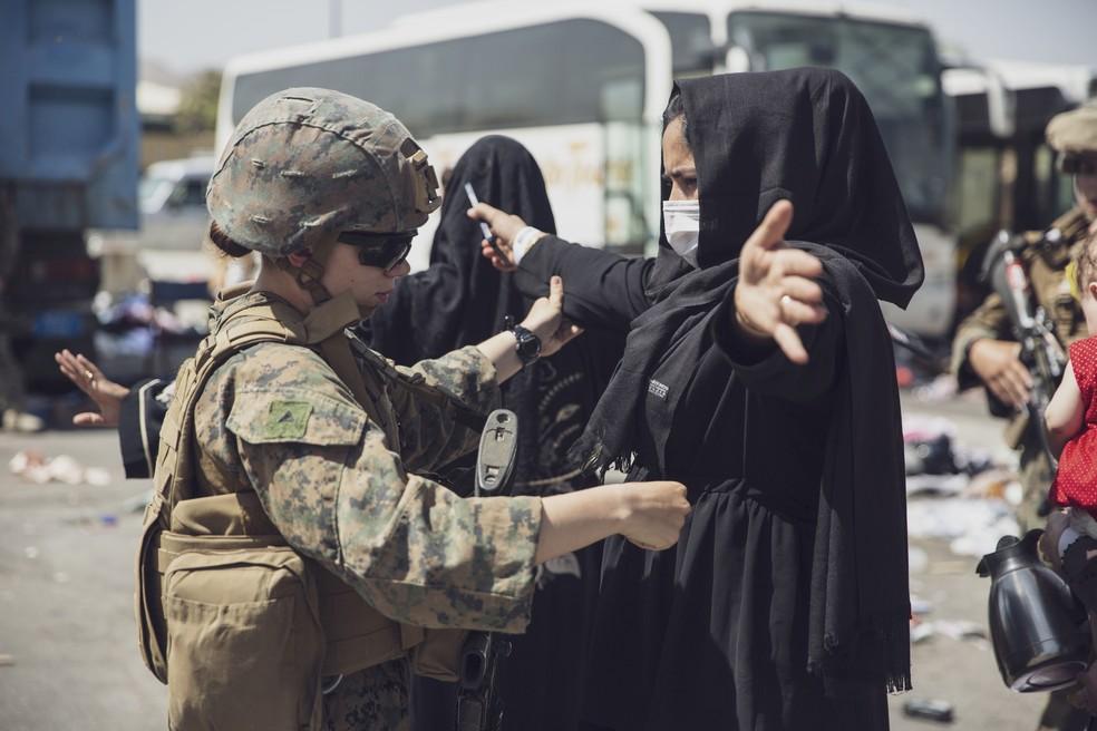Imagem de controle nas imediações do aeroporto de Cabul, em 29 de agosto de 2021 — Foto: Sargento Victor Mancilla/Divulgação Exército dos EUA/Via Reuters