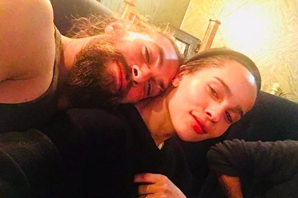 A foto compartilhada por Zoe Kravitz dando parabéns para o ator Jason Momoa, marido da mãe da atriz (Foto: Instagram)