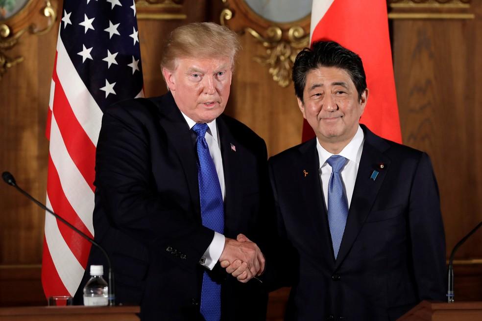Presidente dos Estados Unidos, Donald Trump, e premiê japonês, Shinzo Abe, dão aperto de mão durante coletiva no palácio Akasaka, em Tóquio, no Japão (Foto: Kiyoshi Ota/ Reuters)