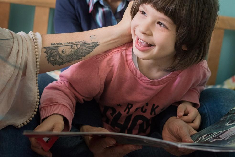 Menino tem doença rara e mãe busca tratamento para estimular o cerébro da criança (Foto: Giselle Sauer/Divulgação)