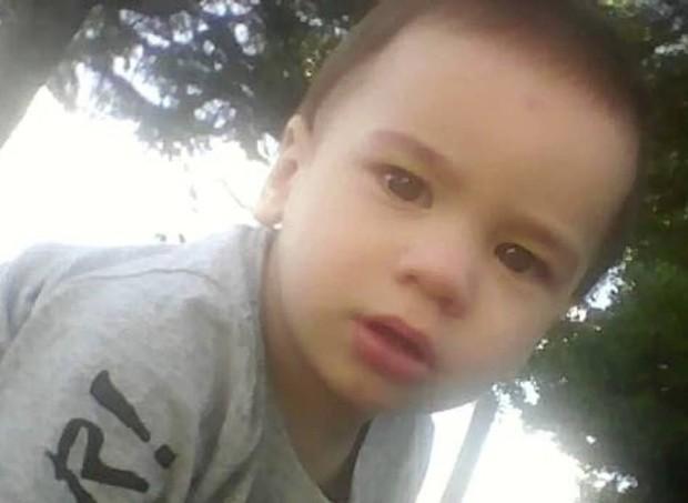 """Malachi, 1 ano e 6 meses, quase morreu afogado, mas foi """"fisgado"""" por um pescador (Foto: Reprodução/Facebook)"""