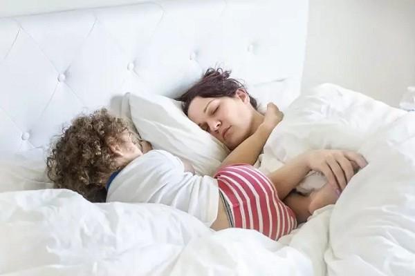 Criança dorme com o pé no rosto da mãe (Foto: Reprodução/Pictures By GG)