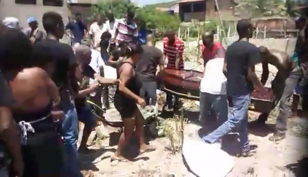 Enterro de Jeferson ocorreu na cidade de Inhambupe, interior da Bahia — Foto: Arquivo Pessoal