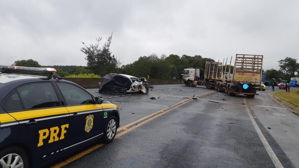 Homem morre em acidente entre carro e dois caminhões na BR-376, em Tibagi