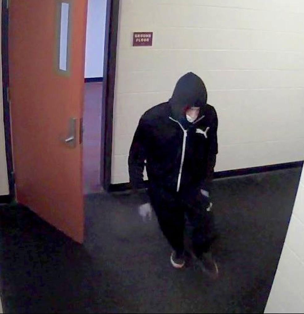 Universidade divulgou imagem do suspeito de esfaquear o brasileiro João Souza (Foto: Reprodução/Facebook/Universidade de Binghampton)