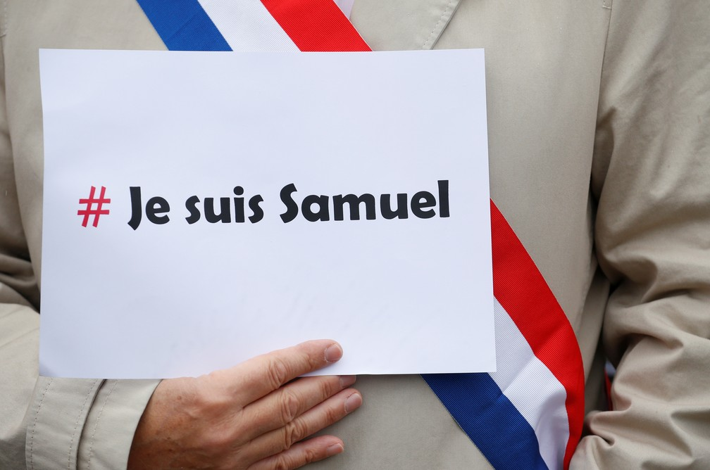'Eu sou Samuel': Manifestação em Lille, França, em homenagem a professor decapitado em Paris por ataque extremista — Foto: Pascal Rossignol/Reuters