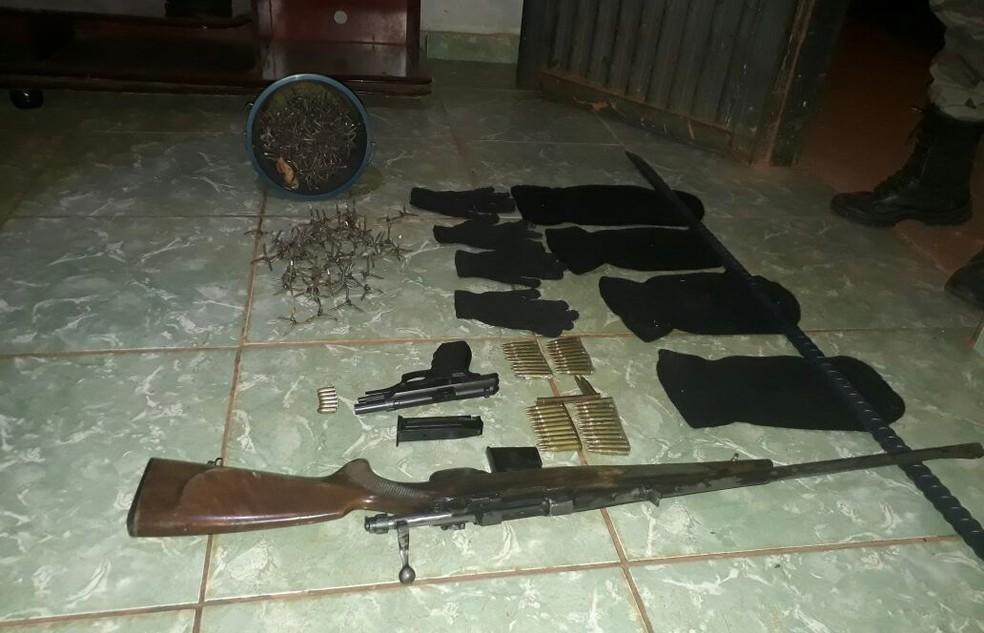 Fuzil, pistola, munições e explosivos foram apreendidos em Uberlândia (Foto: Polícia Militar/Divulgação)
