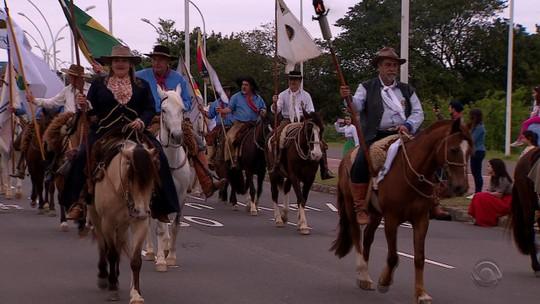No Dia do Gaúcho, 20 mil pessoas acompanham Desfile Farroupilha em Porto Alegre