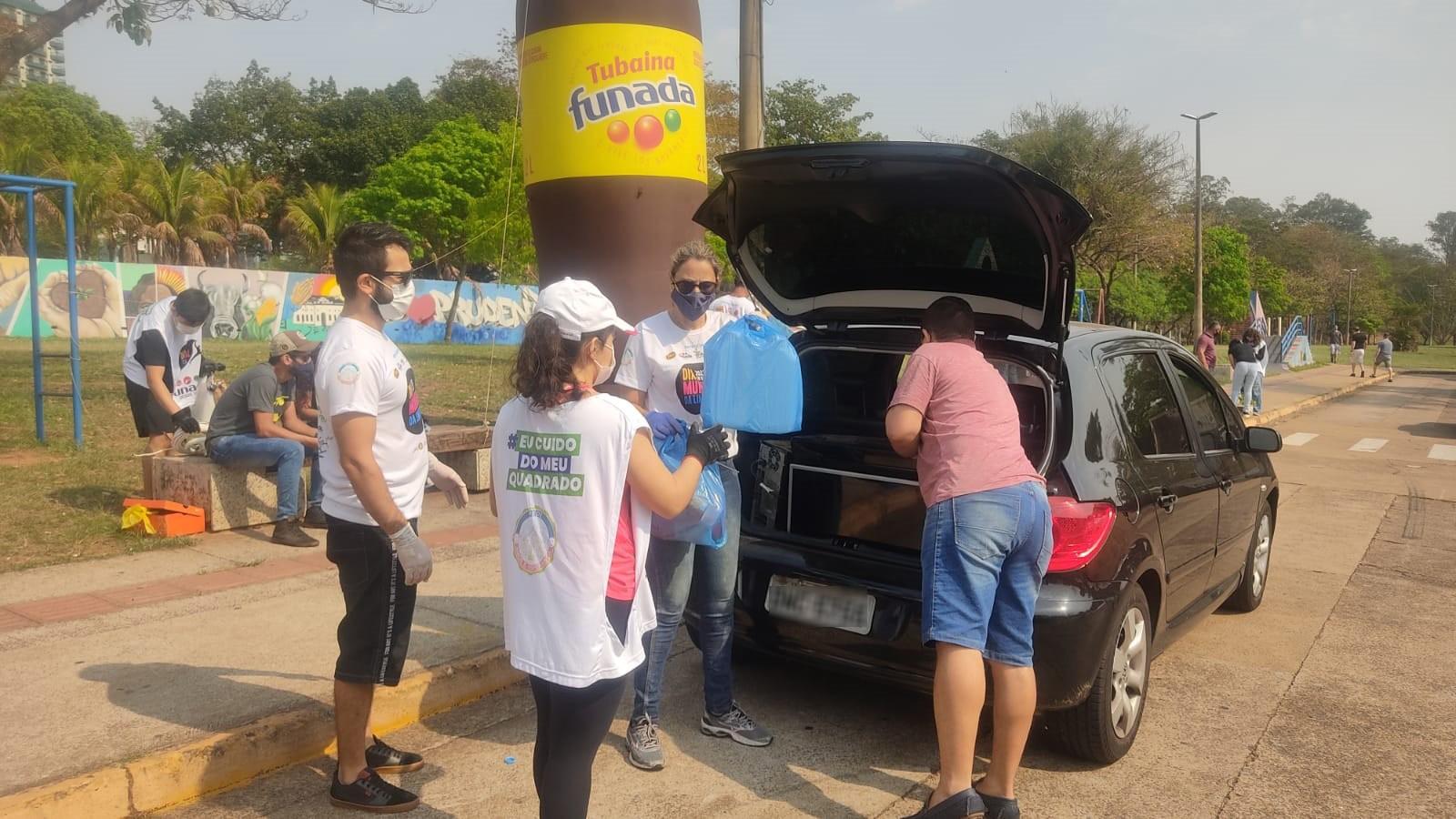 No Dia Mundial da Limpeza, drive-thru recolhe materiais recicláveis, eletrônicos e óleo usado no Parque do Povo