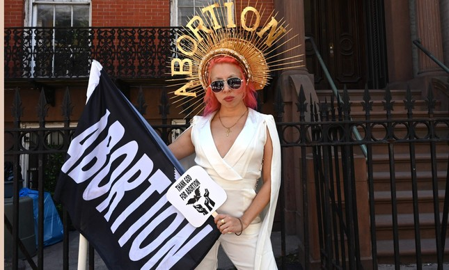 Manifestante pró-aborto participa de protesto em Nova York