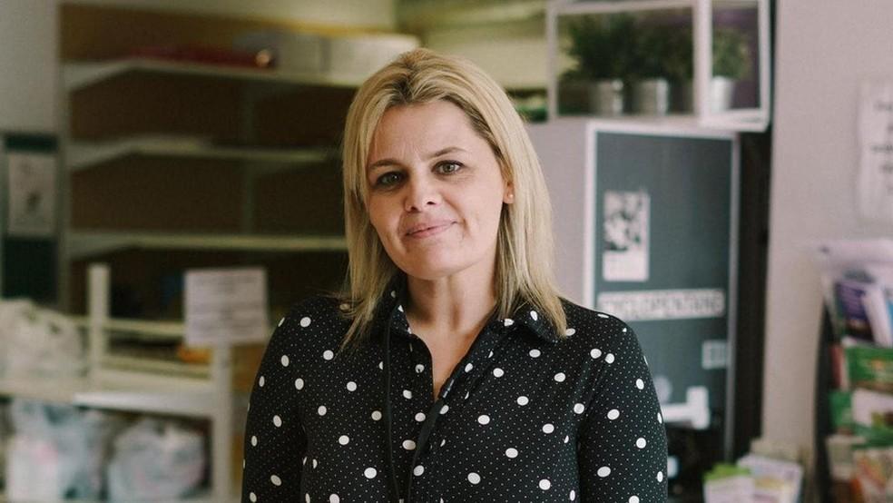 Kerry Wright agora é voluntária em um banco de alimentos e teme que a pobreza alimentar possa prejudicar a saúde mental das crianças — Foto: Christopher Nunn/Mosaic