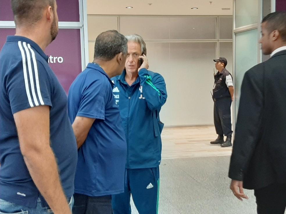 No telefone, Jesus desembarca no Rio depois de vencer mais uma partida pelo Flamengo — Foto: Felipe Schmidt