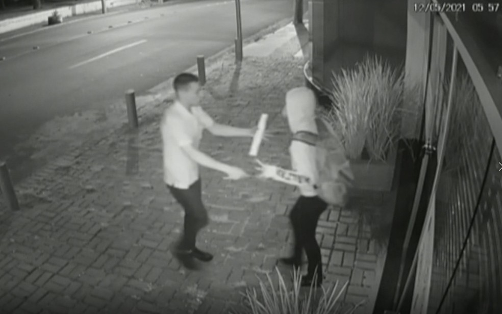 Mulher luta com homem que tentou roubar o celular dela, em Anápolis — Foto: Reprodução/TV Anhanguera