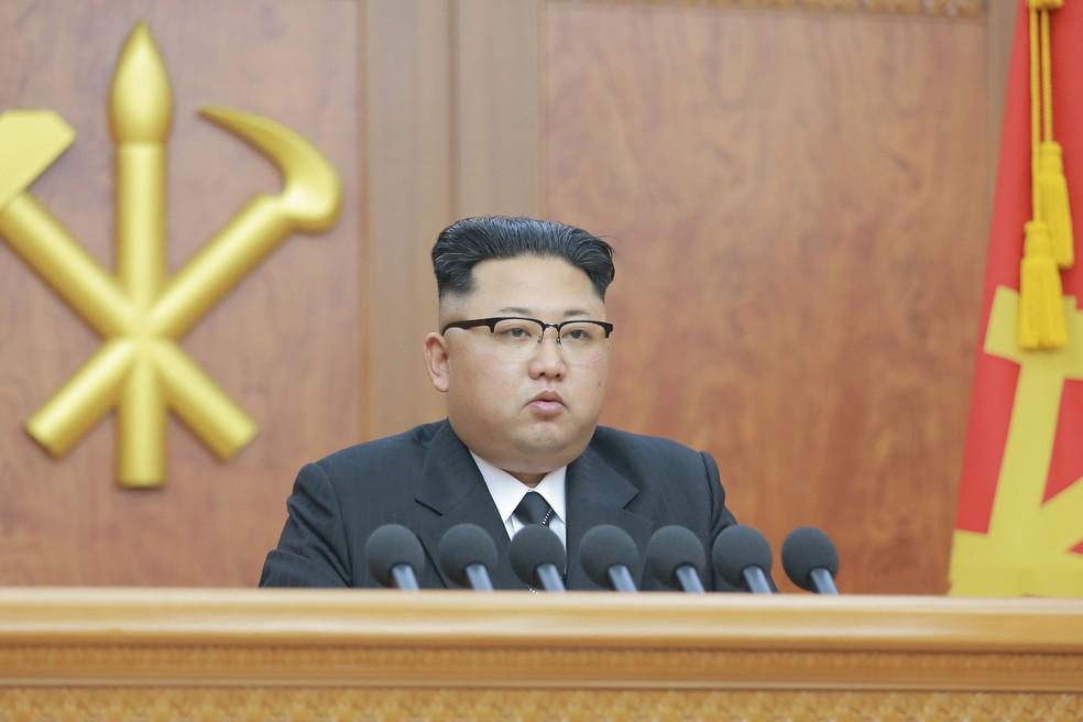 Kim Jong durante discurso de ano novo (em imagem de arquivo) (Foto: KCNA/via Reuters)