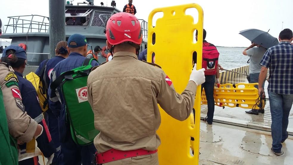 Socorristas do Samu e Corpo de Bombeiros já aguardavam no porto do DER a chegada dos passageiros resgatados do naufrágio (Foto: Daniele Gamboa/Divulgação)