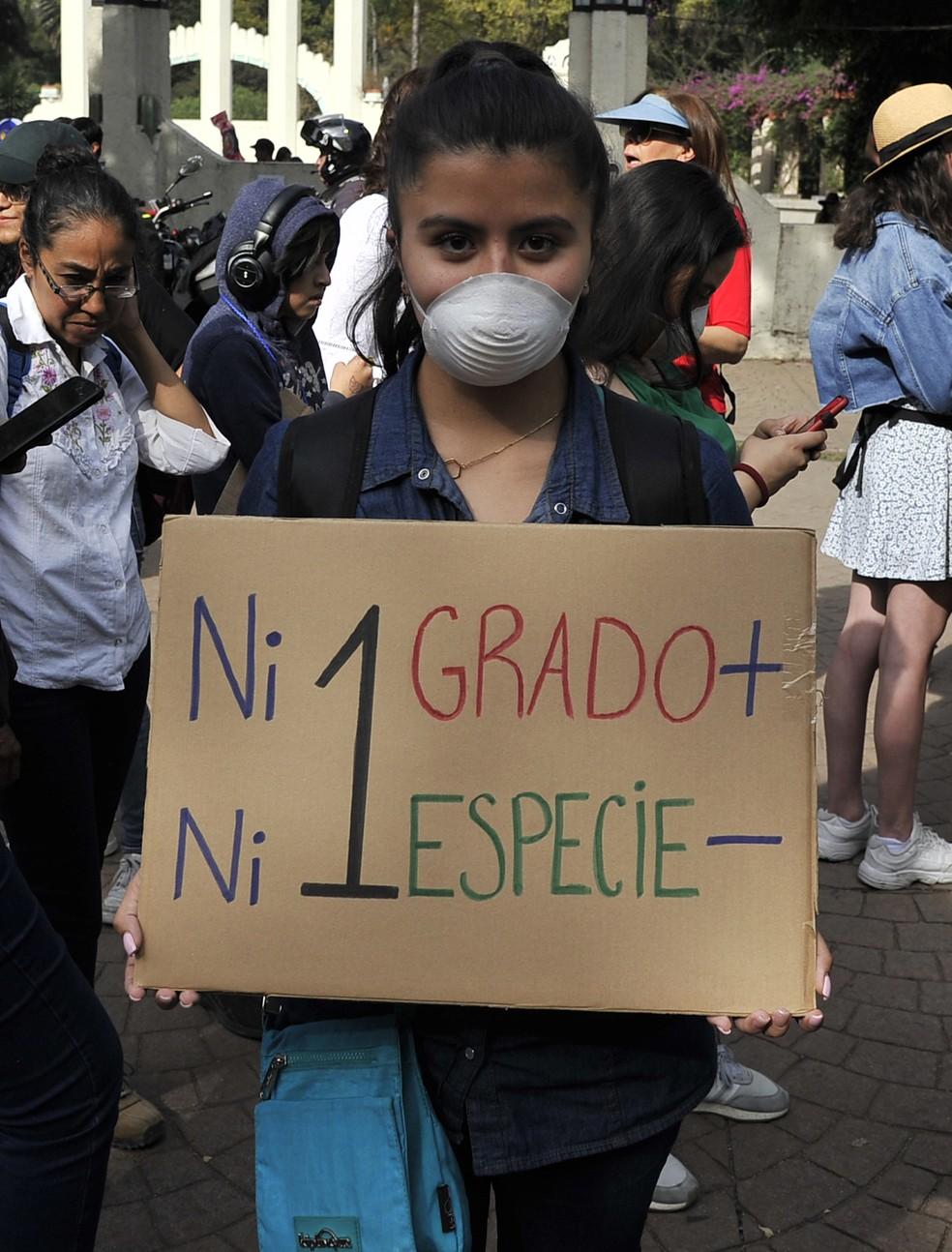 """""""Nem um grau a mais, nem uma espécie a menos"""", manifestante mexicana protesta durante mobilização global sobre a emergência climática, na Cidade do México, na sexta (29) — Foto: Claudio Cruz/AFP"""