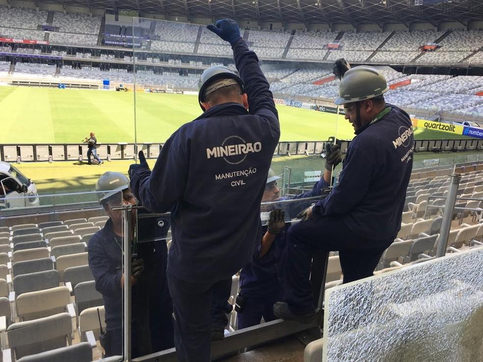 Mineirão efetua troca de vidros quebrados no setor de cadeirantes — Foto: GloboEsporte.com